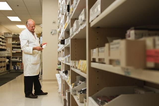 他の医薬品を探す男性